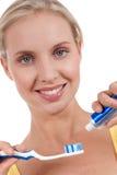 Mujer joven sonriente con el cepillo de dientes Fotos de archivo