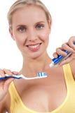 Mujer joven sonriente con el cepillo de dientes Imagen de archivo