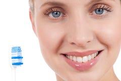 Mujer joven sonriente con el cepillo de dientes Imagenes de archivo