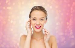 Mujer joven sonriente con el lápiz labial rosado en los labios Fotografía de archivo libre de regalías