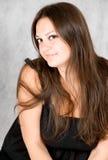 Mujer joven sonriente con el pelo marrón largo Fotografía de archivo libre de regalías