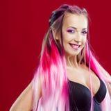 Mujer joven sonriente con el pelo rosado Imágenes de archivo libres de regalías