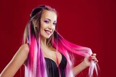 Mujer joven sonriente con el pelo rosado Imagenes de archivo