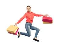 Mujer joven sonriente con el salto de los panieres Imagenes de archivo