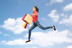 Mujer joven sonriente con el salto de los panieres Imágenes de archivo libres de regalías
