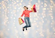 Mujer joven sonriente con el salto de los panieres Imagen de archivo