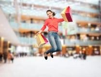 Mujer joven sonriente con el salto de los panieres Fotografía de archivo