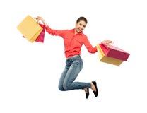 Mujer joven sonriente con el salto de los panieres Fotos de archivo