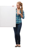 Mujer joven sonriente con el tablero en blanco blanco Imagen de archivo libre de regalías