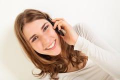Mujer joven sonriente con el teléfono Fotografía de archivo libre de regalías