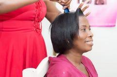 Mujer joven sonriente con estilo de pelo agradable en la cabeza imagenes de archivo