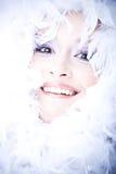 Mujer joven sonriente con la boa sobre su cara imagen de archivo
