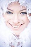 Mujer joven sonriente con la boa suave blanca Fotografía de archivo