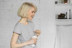 Mujer joven sonriente con la botella de agua Fotografía de archivo
