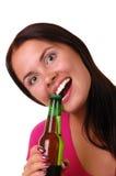 Mujer joven sonriente con la botella de cerveza Imagen de archivo libre de regalías