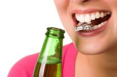 Mujer joven sonriente con la botella de cerveza Imágenes de archivo libres de regalías