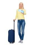 Mujer joven sonriente con la maleta Imagenes de archivo