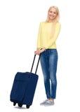 Mujer joven sonriente con la maleta Foto de archivo libre de regalías