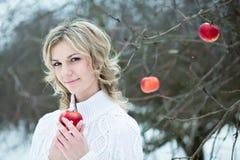 Mujer joven sonriente con la manzana roja Fotografía de archivo libre de regalías