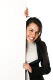 Mujer joven sonriente con la muestra en blanco Fotografía de archivo libre de regalías