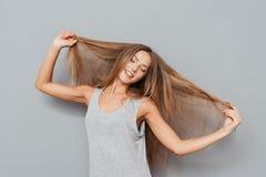 Mujer joven sonriente con la presentación larga del pelo Fotos de archivo