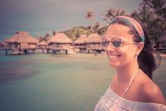 Mujer joven sonriente con las gafas de sol imagen de archivo