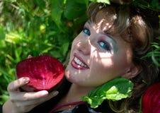 Mujer joven sonriente con las remolochas rojas imagenes de archivo