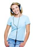 Mujer joven sonriente con los auriculares Imagen de archivo libre de regalías