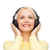 Mujer joven sonriente con los auriculares Fotografía de archivo libre de regalías
