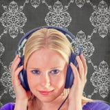 Mujer joven sonriente con los auriculares Foto de archivo
