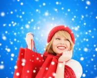 Mujer joven sonriente con los bolsos de compras Fotos de archivo libres de regalías