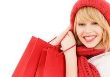 Mujer joven sonriente con los bolsos de compras Imagen de archivo