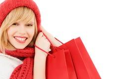 Mujer joven sonriente con los bolsos de compras Foto de archivo libre de regalías