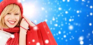 Mujer joven sonriente con los bolsos de compras Imágenes de archivo libres de regalías