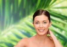 Mujer joven sonriente con los hombros desnudos Foto de archivo