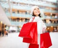 Mujer joven sonriente con los panieres rojos Imágenes de archivo libres de regalías