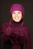 Mujer joven sonriente con los pulgares para arriba Fotos de archivo