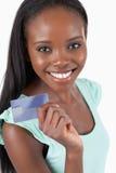 Mujer joven sonriente con su nuevo de la tarjeta de crédito Fotografía de archivo libre de regalías