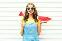 mujer joven sonriente con una rebanada de helado de la sandía Imagen de archivo libre de regalías
