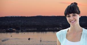 Mujer joven sonriente contra el río fotos de archivo libres de regalías