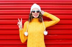 Mujer joven sonriente de la moda que lleva el suéter colorido Foto de archivo libre de regalías