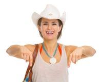 Mujer joven sonriente de la playa en sombrero que señala abajo Fotografía de archivo libre de regalías