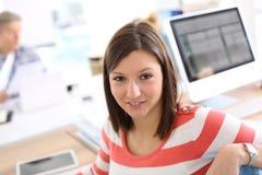Mujer joven sonriente del estudiante en el entrenamiento Fotografía de archivo
