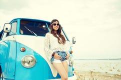 Mujer joven sonriente del hippie con el coche del minivan Imagen de archivo libre de regalías