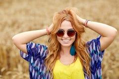 Mujer joven sonriente del hippie del pelirrojo al aire libre Imagen de archivo