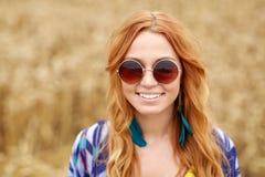 Mujer joven sonriente del hippie del pelirrojo al aire libre Foto de archivo