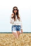 Mujer joven sonriente del hippie en campo de cereal Imagen de archivo libre de regalías