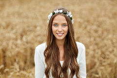 Mujer joven sonriente del hippie en campo de cereal Fotos de archivo