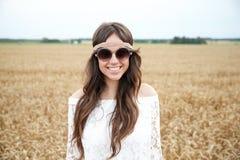 Mujer joven sonriente del hippie en campo de cereal Fotografía de archivo libre de regalías