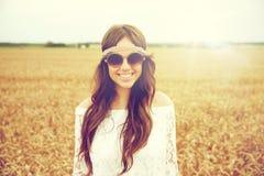 Mujer joven sonriente del hippie en campo de cereal Foto de archivo